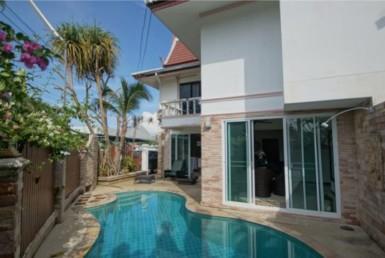 Pool house near beach in Surin
